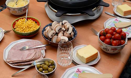 raclette die passende menge pro person k se fleisch. Black Bedroom Furniture Sets. Home Design Ideas